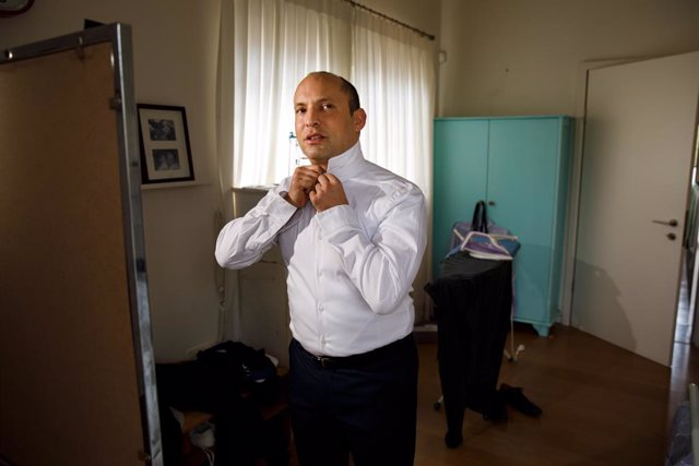 Archivo - EXCLUSIVE: March 28, 2019 - Raanana, Israel: Naftali Bennett at home buttoning his short. Naftali Bennett is an Israeli politician who led the Jewish Home party between 2012 and 2018. He has served as Israel's Minister of Education since 2015, a