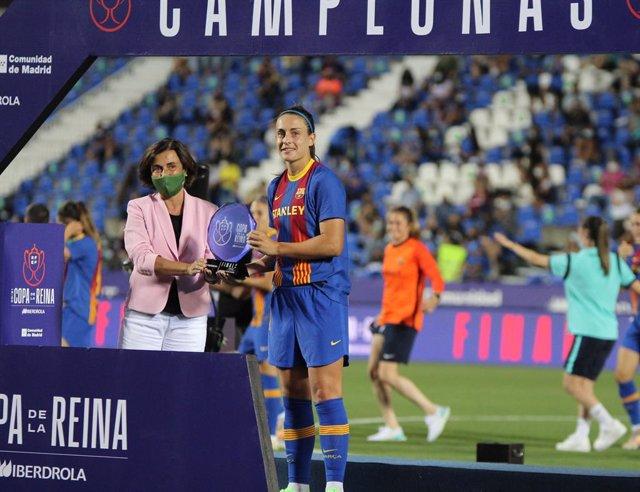 Angeles Santamaría, consejera delegada de Iberdrola, junto a Alexia Putellas tras recoger su premio de MVP de la final de la Copa de la Reina 20-21