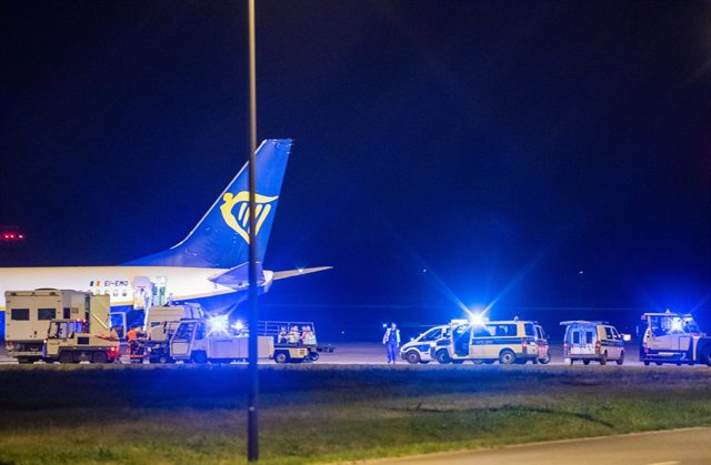 30 May 2021, Berlin: Federal police check the aircraft after an unscheduled landing of a Ryanair plane at Berlin Brandenburg Airport Willy Brandt (BER). Photo: Christophe Gateau/dpa