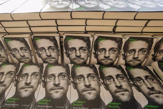Archivo - Copias del libro de Edward Snowden.