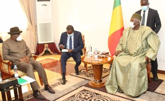 Archivo - El mediador de la CEDEAO, Goodluck Jonathan, y el presidente designado para la transición en Malí, Bah Ndaw