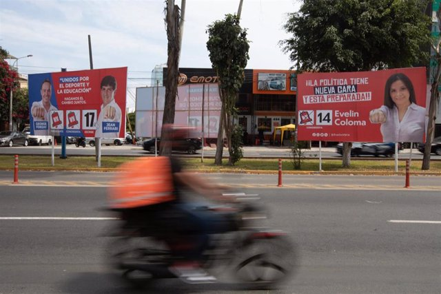 Archivo - Vallas publicitarias durante la campaña para las elecciones generales en Perú