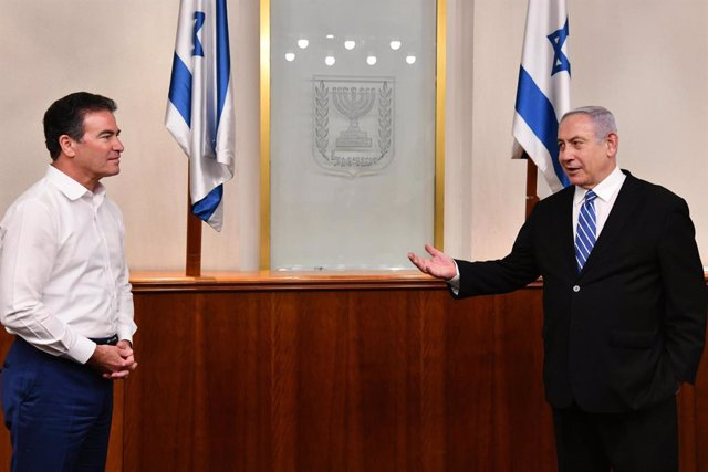 Archivo - HANDOUT - 24 May 2020, Israel, ---: Israeli Prime Minister Benjamin Netanyahu (R)  meets with Mossad Director Yossi Cohen and thanked him for acceding to his request to lead the joint procurement command center, ahead of its transfer to the Heal