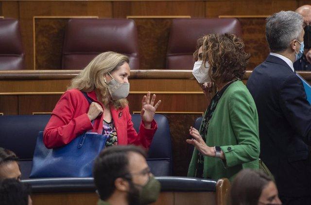 La ministra d'Afers Econòmics i Transformació Digital, Nadia Calviño (e), parla amb la ministra portaveu i ministra d'Hisenda, María Jesús Montero, en una sessió de control, a 19 de maig de 2021, al Congrés dels Diputats.