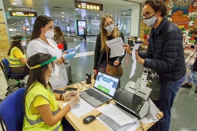 Archivo - Control de pasajeros en un aeropuerto de Canarias