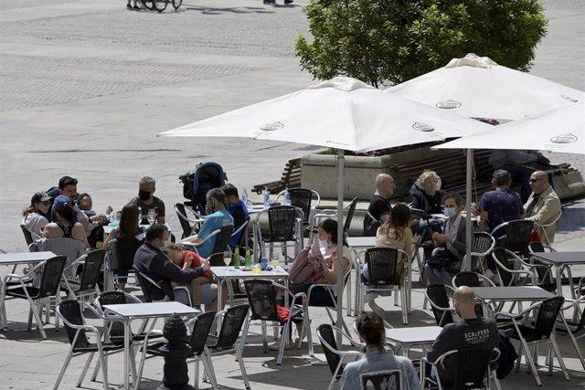 Varias personas en la terraza de un bar, a 29 de mayo de 2021, en A Coruña.