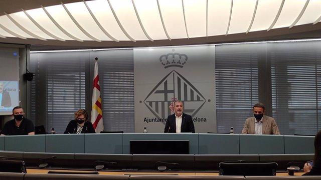 Salvador Vendrell (Fundació Barcelona Comerç), Montserrat Ballarín (PSC), Jaume Collboni (PSC) i Gabriel Jené (Barcelona Oberta) en una roda de premsa a l'Ajuntament de Barcelona.