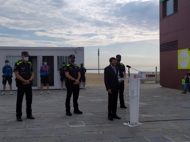 """El tinent d'alcalde de seguretat de l'Ajuntament de Barcelona, Albert Batlle, després de la roda de premsa en la qual ha assegurat que """"és previsible"""" que les platges de Barcelona i l'AMB estiguin obertes per la revetlla de Sant Joan."""