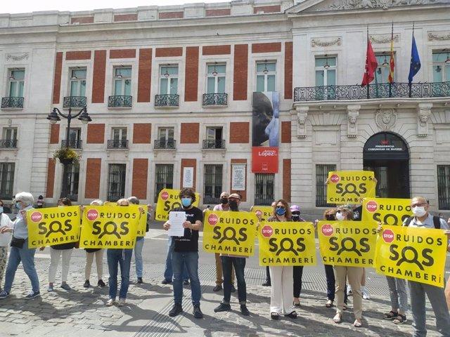 Vecinos de Chamberí protestan en la Puerta del Sol contra la ampliación de terrazas a la 01.00.