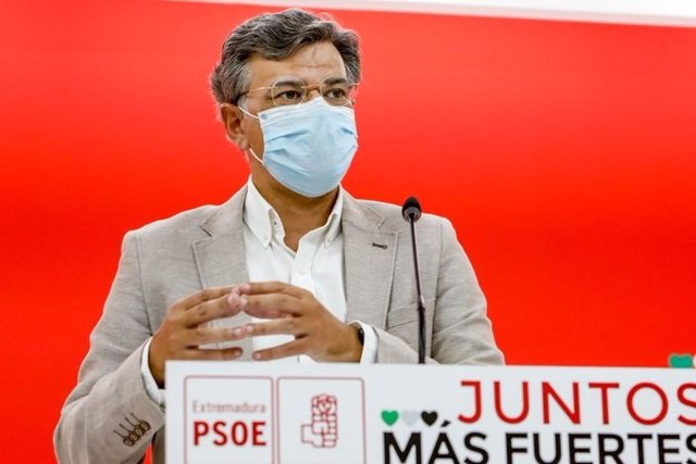 El portaveu del PSOE d'Extremadura, Juan Antonio González, en roda de premsa.