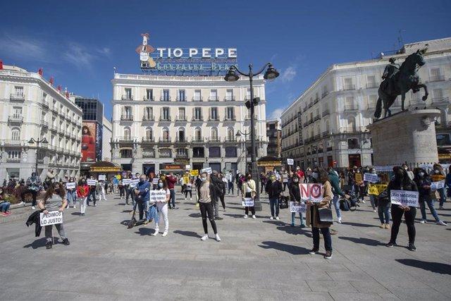 Varios enfermeros y enfermeras se concentran en la Puerta del Sol con motivo del Día Internacional de la Enfermería, a 12 de mayo de 2021, en Madrid (España). Esta concentración ha sido convocada por el colectivo Enfermería de Madrid Unida (EMU) y CSIT Un