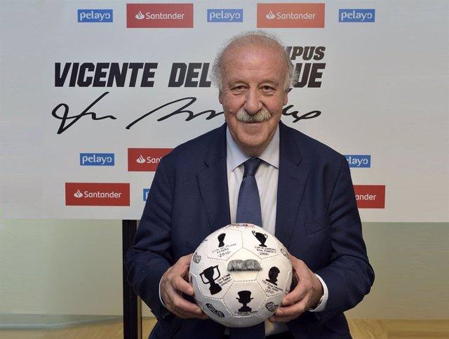 Archivo - Vicente del Bosque posa con uno de los 33 balones solidario de Banco Santander