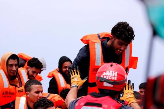 Imagen de archivo de un migrante rescatado por el Aita Mari en el Mediterráneo.