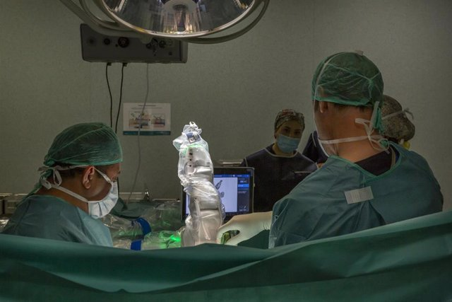 El Hospital Quirónsalud Barcelona incorpora el robot 'Mazor X StealthTM Edition' para realizar intervenciones quirúrgicas de columna vetebral
