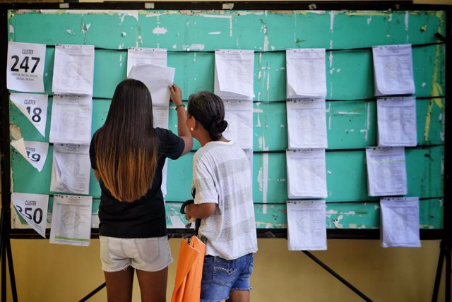 Archivo - 12 May 2019, Philippines, Mandaluyong: Filipinos check their names in a list at a polling station during the 2019 local elections. Photo: George Buid/ZUMA Wire/dpa