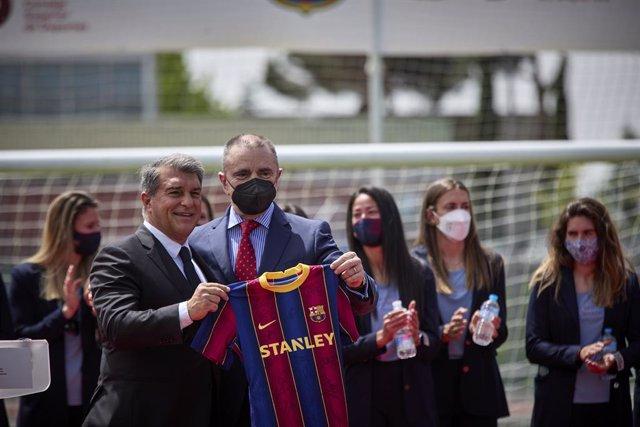 El presidente del F.C. Barcelona, Joan Laporta (i) y el secretario de Estado para el Deporte, José Manuel Franco, posan con una camiseta del F.C Barcelona, durante el acto de entrega de la Placa de Oro de la Real Orden del Mérito Deportivo (ROMD) al prime