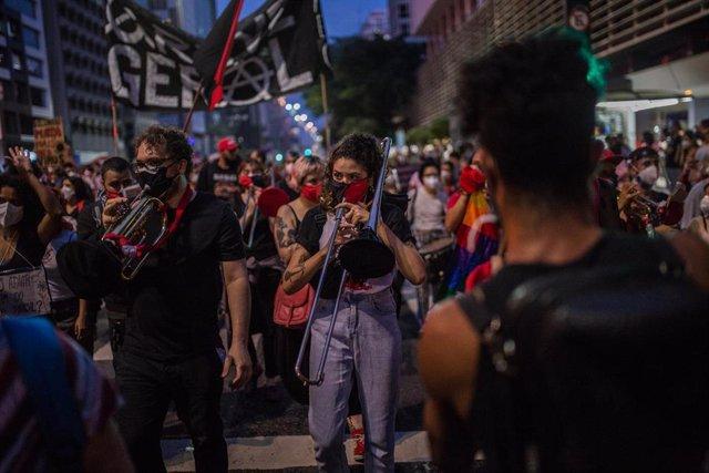 Miles de personas salen a la calle en Brasil para protestar contra Bolsonaro.