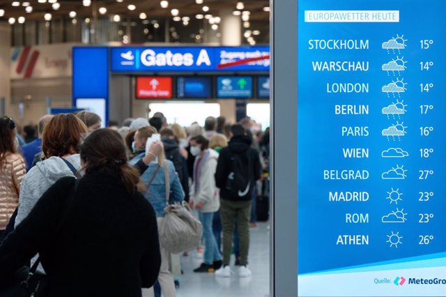 22 May 2021, North Rhine-Westphalia, Duesseldorf: Travellers wait before the security check in the departure terminal at Duesseldorf Airport. Photo: Henning Kaiser/dpa