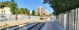 Renfe enllesteix les obres de millora dels tancaments a l'estació de Torre del Baró de Barcelona.