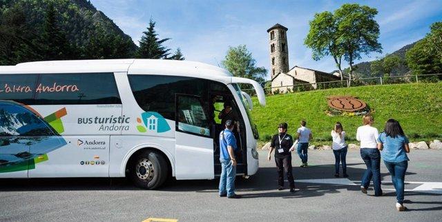 El bus turístic davant l'església romànica de Santa Coloma, a Andorra.