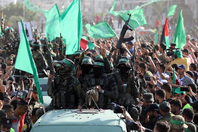 30 May 2021, Palestinian Territories, Beit Lahia: Members of Izz ad-Din al-Qassam Brigades, the military wing of the Palestinian Hamas Islamist movement in the Gaza Strip, take part in an anti-Israel rally. Photo: Ashraf Amra/APA Images via ZUMA Wire/dpa