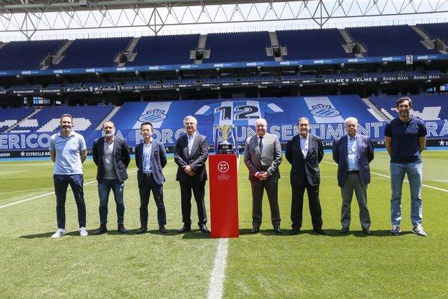 El Espanyol recibe el trofeo de campeón de LaLiga SmartBank.