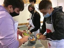 """La Diputació de Barcelona ha organitzat 25 tallers presencials de """"cuina sense pares"""" a 14 municipis."""