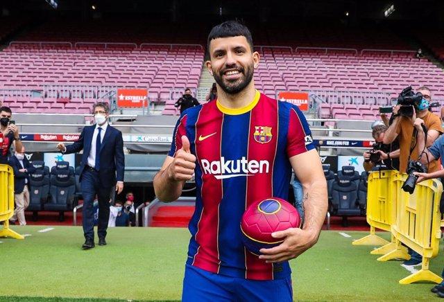 El nuevo jugador del FC Barcelona Sergio 'Kun' Agüero en su presentación como blaugrana, en el césped del Camp Nou
