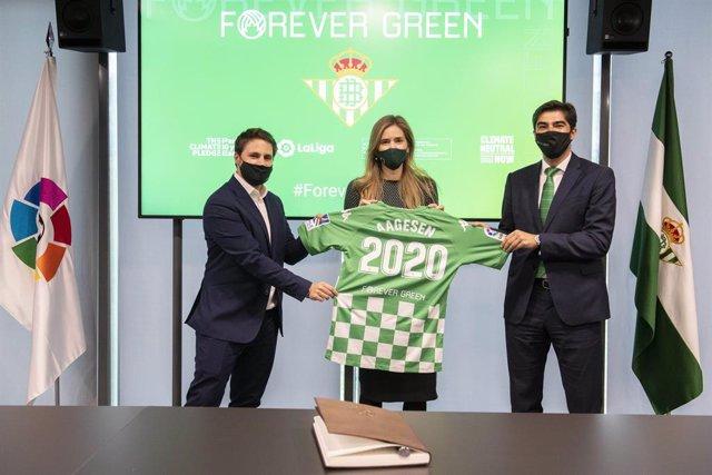 Archivo - Oscar Mayo (izda), Sara Aaegesen (centro) y Ángel Haro (dcha) tras presentar Forever Green