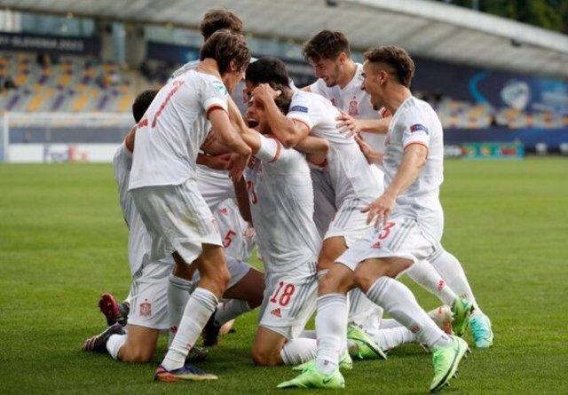 Los jugadores de la selección española Sub-21 celebran el gol de Javi Puado