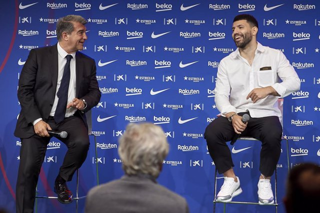 31 May 2021, Spain, Barcelona: Barcelona's new player Sergio Aguero (R) and Barcelona's president Joan Laporta attend a press conference during the official presentation of Aguero's as a new player of the team following his departure from Manchester City.