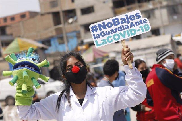 Archivo - Una trabajadora sanitaria en una manifestación en Perú durante la crisis del coronavirus