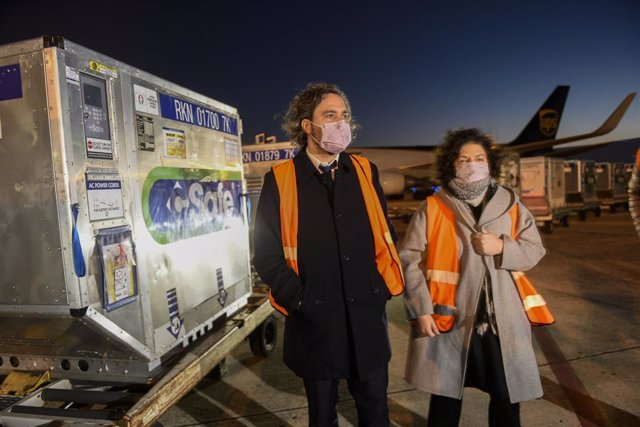 HANDOUT - 31 May 2021, Argentina, Buenos Aires: Santiago Cafiero (L), chief of staff of the Argentine government, and Carla Vizzotti, Argentina's minister of health, receive a new shipment of vaccines from the manufacturer AstraZeneca. Photo: ---/Presiden