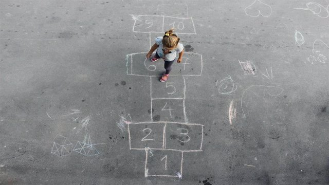 Archivo - Niño jugando en la calle