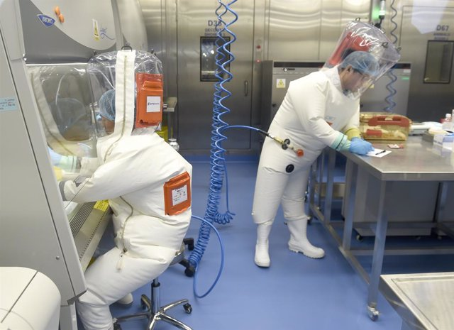 Trabajadores en el Instituto de Virología de Wuhan, China