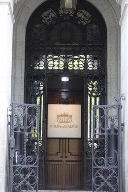 Archivo - Puerta del edificio de La Bolsa de Madrid.