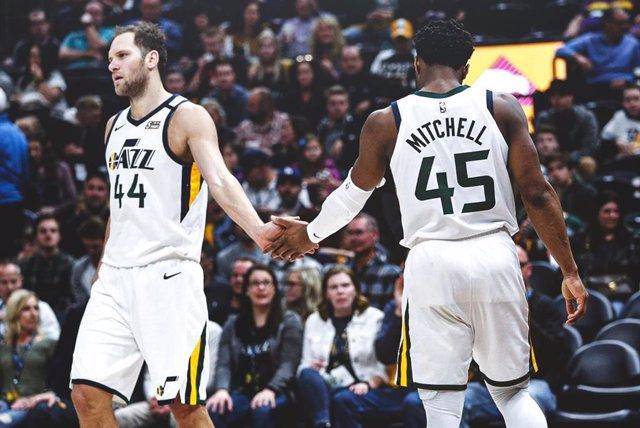 Bogdanovic y Mitchell celebran la victoria de Utah Jazz