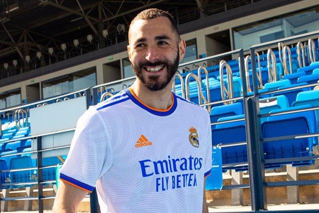 Karim Benzema posa con la nueva camiseta del Real Madrid para la temporada 2020-2021