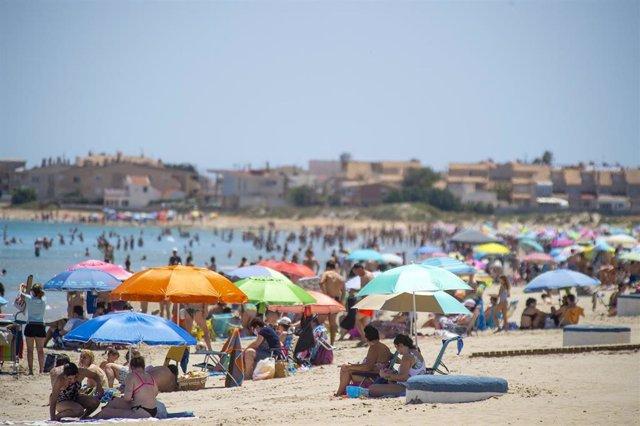 Varias personas en la Playa de Levante, en la Manga del Mar Menor, a 16 de abril de 2021, en Cartagena, Región de Murcia (España). Este fin de semana se cumple una semana desde el fin del estado de alarma. En Murcia, el fin de este marco jurídico se tradu