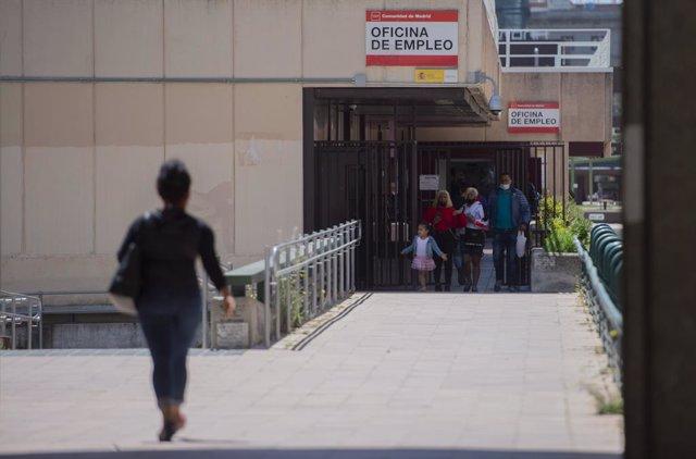 Varias personas en la puerta de una oficina del SEPE el día en el que se han conocido los datos de paro de abril, a 5 de mayo de 2021, en Madrid (España). El número de parados registrados en las oficinas de los servicios públicos de empleo (antiguo Inem)
