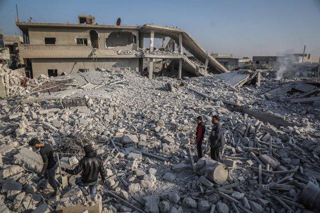 Archivo - Bombardeos contra la localidad de Tal Mardij, situada en la provincia de Idlib (Siria)