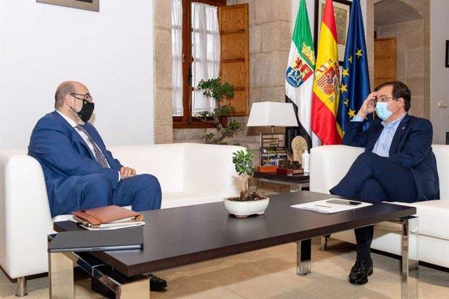 El presidente de la Junta de Extremadura, Guillermo Fernández Vara, en una reunión en Mérida con el presidente nacional de CSIF, Miguel Borra