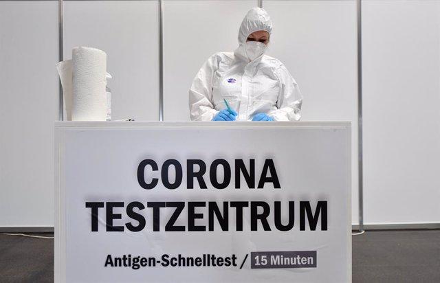 Archivo - Trabajadora en un centro de pruebas de coronavirus en Alemania