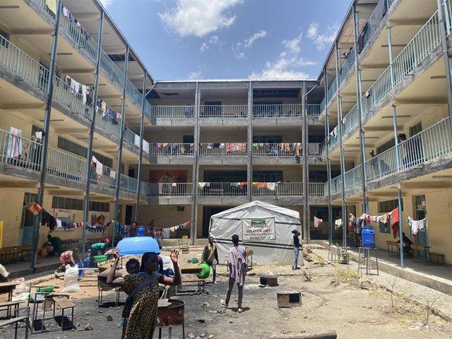 Desplazados internos alojados en una escuela secundaria de Mekelle, en Tigray