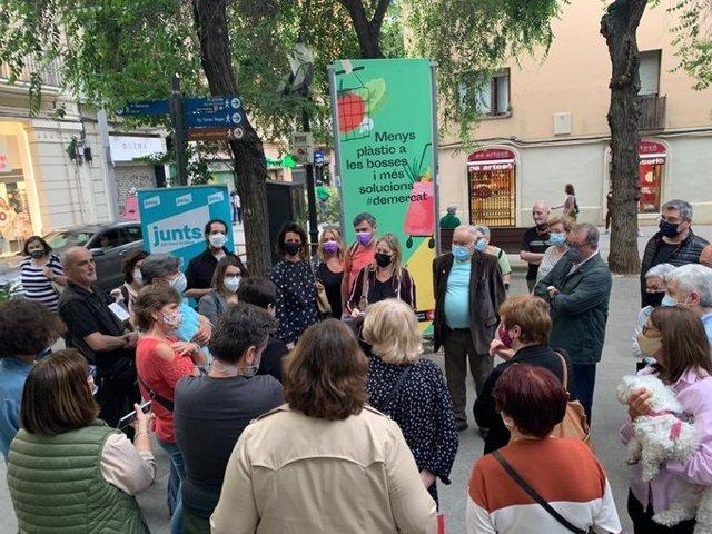 Les regidores de Junts a Barcelona, Francina Vila i Neus Munté, es reuneixen amb veïns del districte de Sant Andreu per la recollida de residus porta a porta.