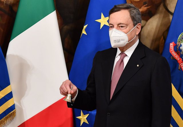 Archivo - 13 February 2021, Italy, Rome: Outgoing Italian Prime Minister Giuseppe Conte (not pictured) hands over the cabinet bell to newly swor-in Prime Minister Mario Draghi at the Chigi Palace. Photo: Ettore Ferrari/Pool Ansa/LaPresse via ZUMA Press/dp