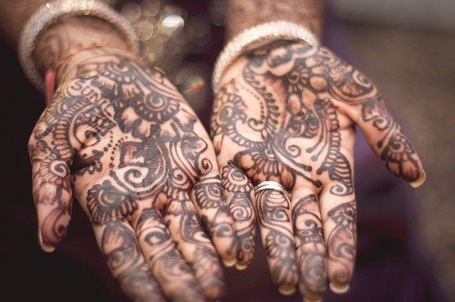 Archivo - Manos de mujer con Henna