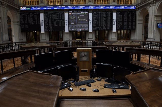 Valores económicos en el Palacio de la Bolsa, a 28 de mayo de 2021, en Madrid (España). El Ibex 35 se mantiene sobre la barrera de los 9.200 puntos en la media sesión de este viernes, en la que subía un 0,35%, pendiente de la publicación de varios datos m