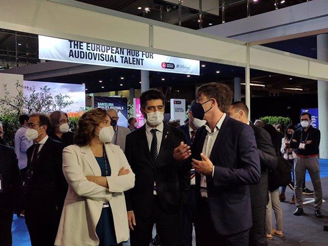 El vicepresident de la Generalitat i conseller de Territori i Polítiques Digitals, Jordi Puigneró, i l'alcaldessa de Barcelona, Ada Colau, durant una visita a l'ISE.