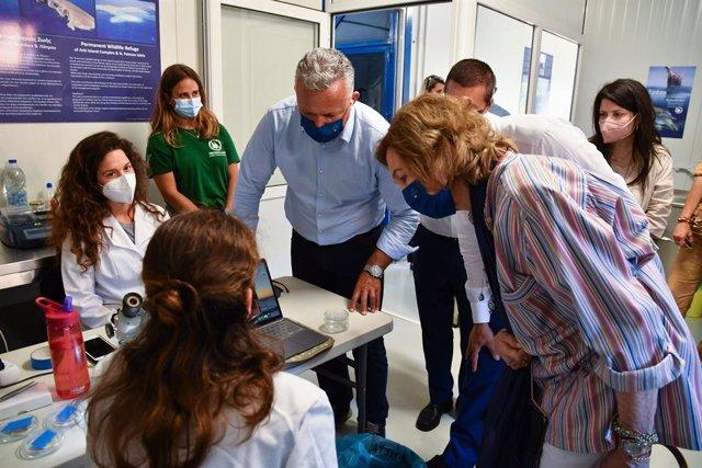 La Reina Doña Sofía visita las obras de las instalaciones del Centro de Rehabilitación para mamíferos marinos y tortugas del Santuario de Vida Marina Aegean en la isla de Lipsi, en Grecia